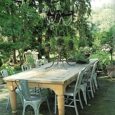Table massive et chaises industrielles